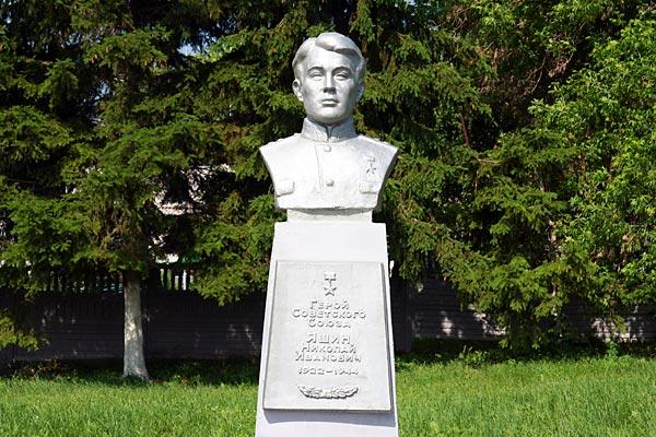 Памятник Яшину в Малоархангельске.