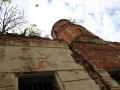 Рассказывают, что трещина, отделившая колокольню от основного здания, появилась в результате удара молинии.