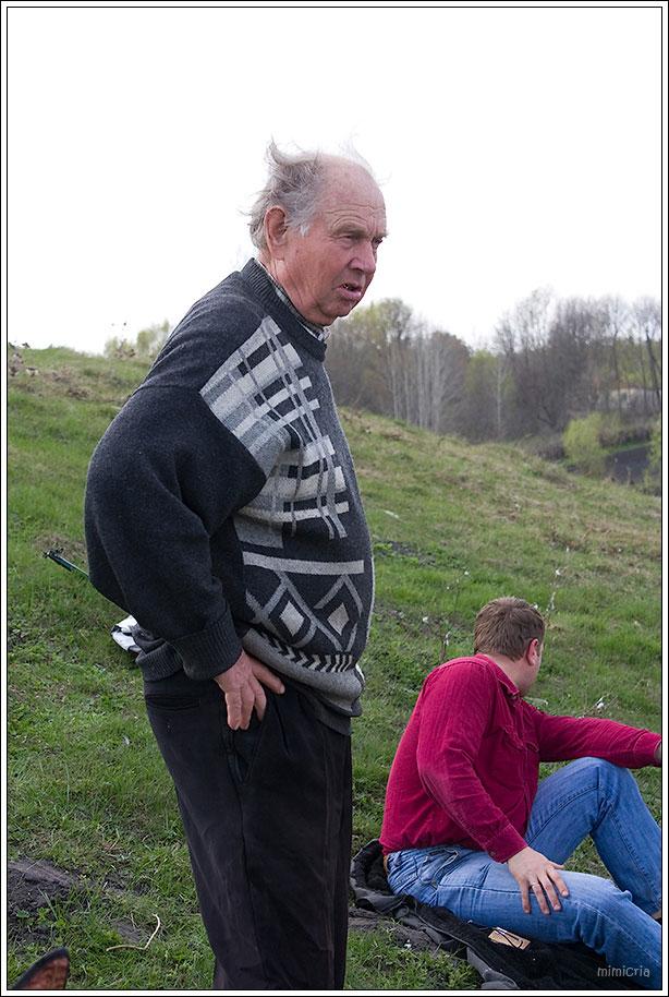 На запах начали приходить местные. Дедушка лично запускал в пруд мальков.
