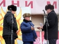 Участников санного поезда награждает глава района Ю. А. Маслов.