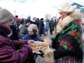 Девушки-красавицы угощают гостей праздника пирогами и блинами.