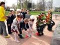 Воспитанники Дома детского творчества кладут цветы к Вечному огню.