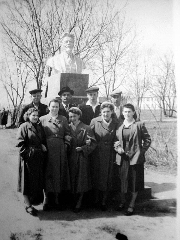 Фотография на память около памятника Калинину.