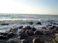 Волны набегают на берег.