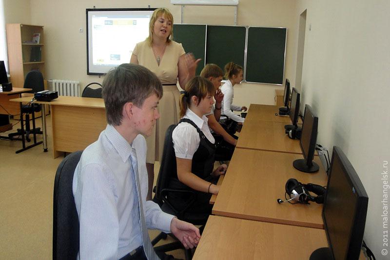 В классе информатики - современные компьютеры, подключенные к Интернету.