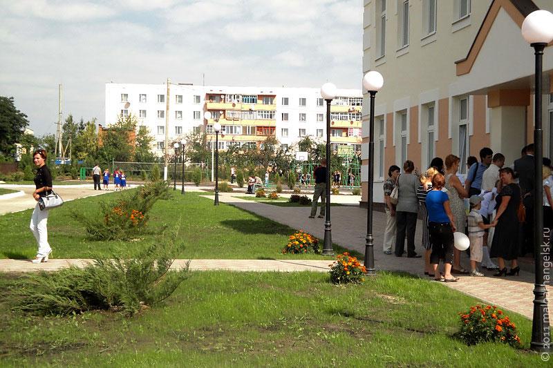 Зеленеют газоны, дорожки выложены тротуарной плиткой - территорию МСШ № 2 не узнать.