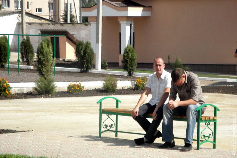 На территории школы оборудованы уютные уголки для отдыха.
