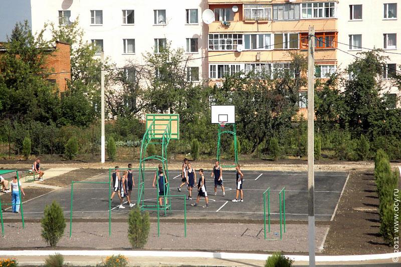 На баскетбольной площадке идет игра.