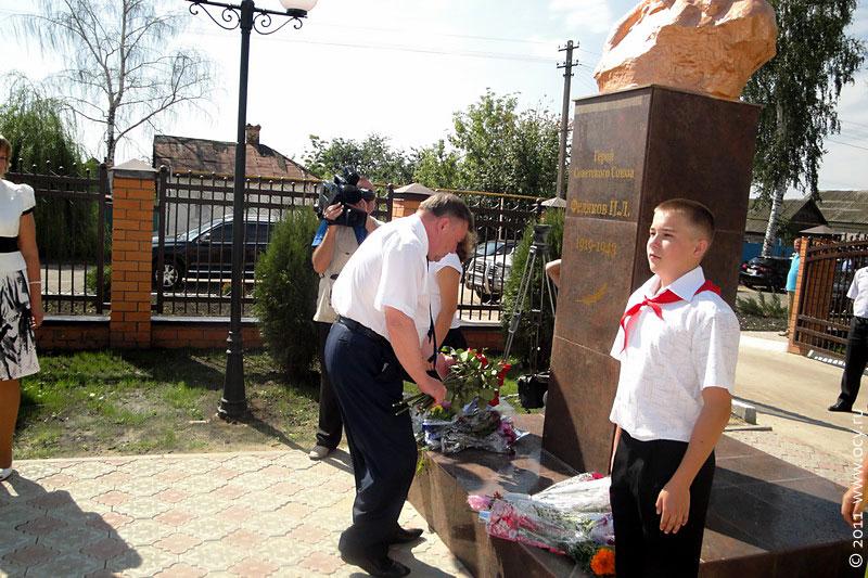 А. П. Козлов возложил цветы к бюсту Героя Советского Союза И. Федякова.