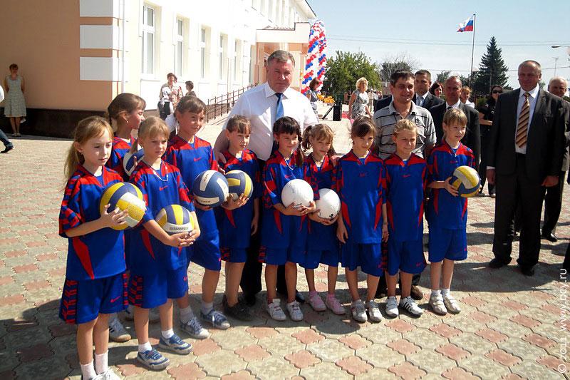 Юные спортсмены второй городской школы рады сфотографироваться на память с губернатором области А. П. Козловым.