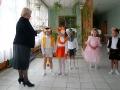 Малыши за свой танец получают от директора школы небольшие подарки.