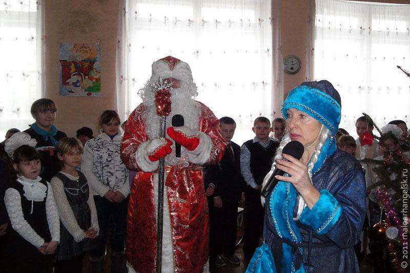 На праздник к детям пришли Дед Мороз и Снегурочка.