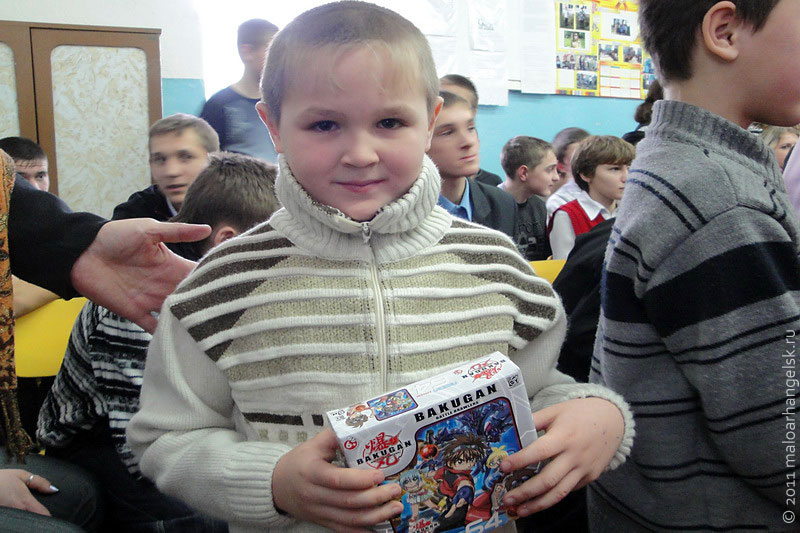 Дед Мороз за стихи и песенки давал детям подарки из мешка.