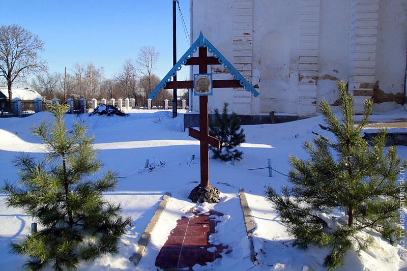 Во дворе Свято-Покровского Храма в селе Архарово.
