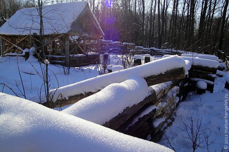 Всё засыпано снегом.