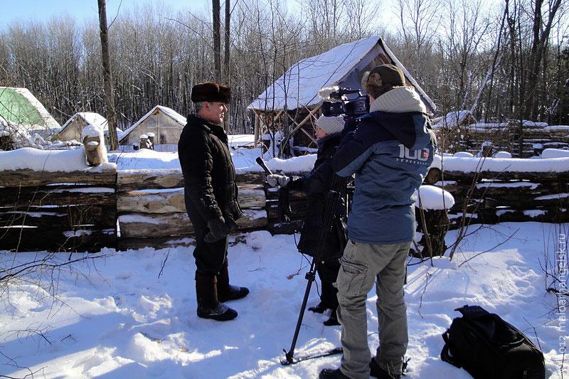Съёмочная группа 100 ТВ берёт интервью у Вячеслава Клёнышева.