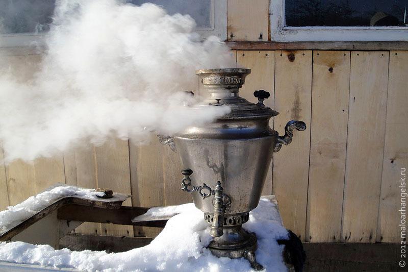 Чай из самовара пахнет дымком.