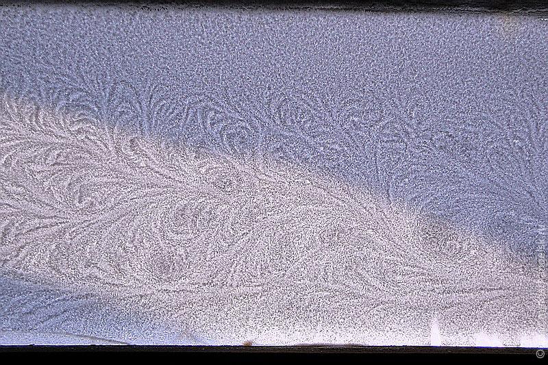 Ночью батюшка Мороз нарисовал на стекле снежный узор.