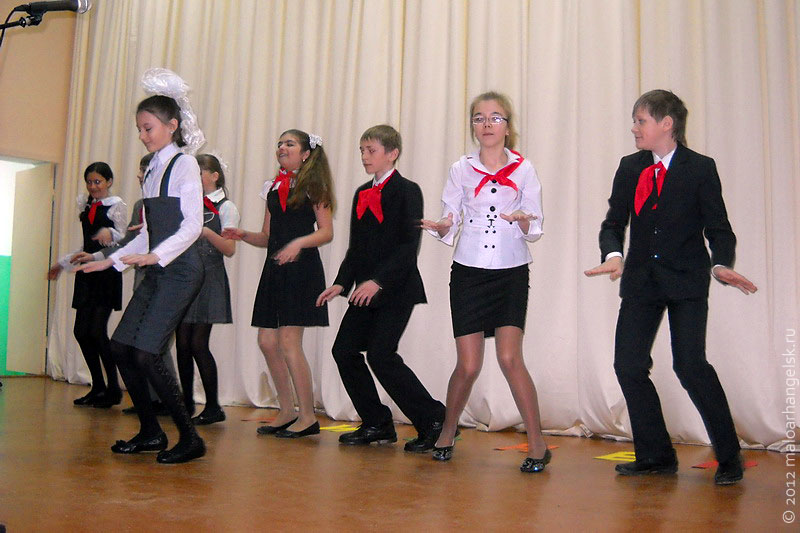 Агитбригада поёт и танцует.