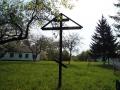 Поклонный крест в саду Протасовской школы.