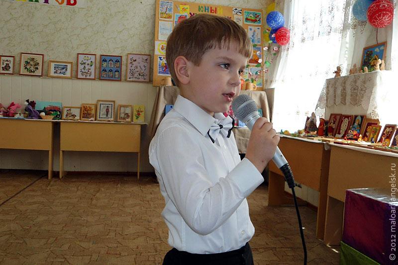 Артём Коклевский поёт песенку для бабушки.