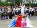 Маленькая страна, - поют и танцуют гимназисты.