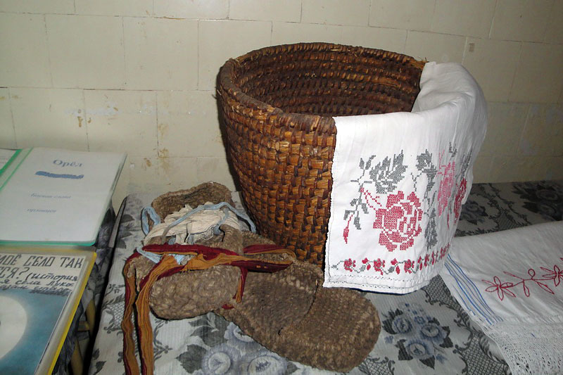 В краеведческом уголке много предметов крестьянского быта.