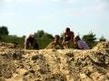 А вот добрые друзья погружают в песок своего приятеля.