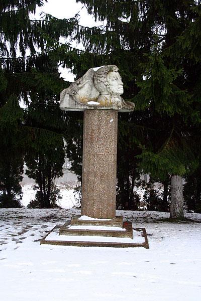 Памятник Пушкину в Малоархангельске. Ноябрь 2007 г.