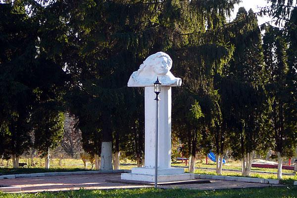 Памятник Пушкину в Малоархангельске. Ноябрь 2008 г.