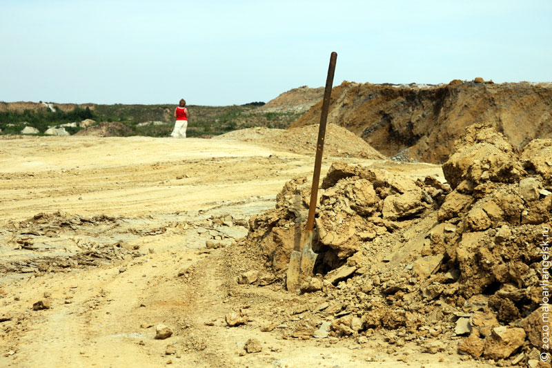 Торчит из глины забытая лопата