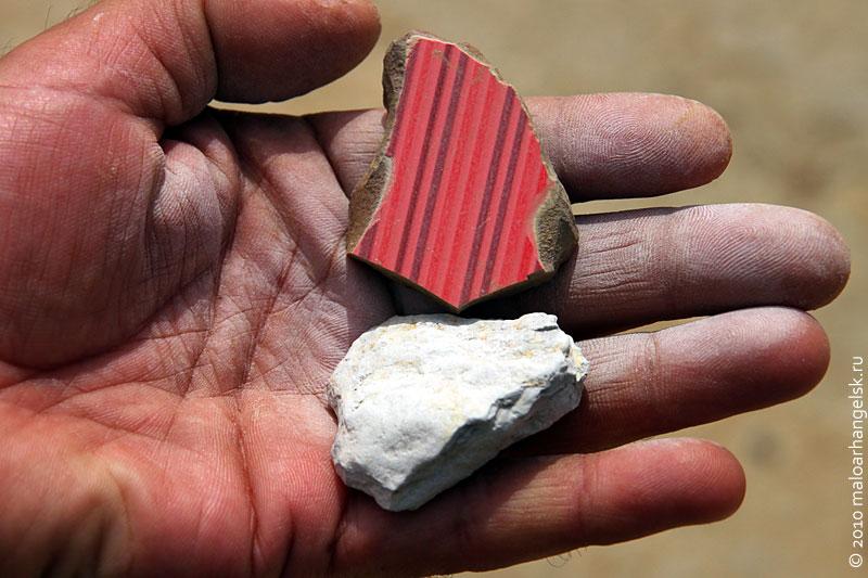 Кусочек глины и осколок керамической плитки.