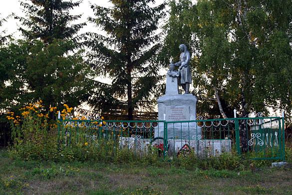 Общий вид воинского захоронения д. Ивань
