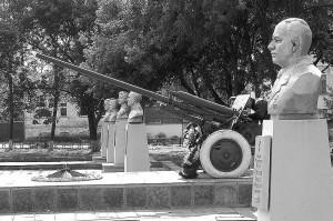Пушка у Вечного огня в Малоархангельске. 2005 год.
