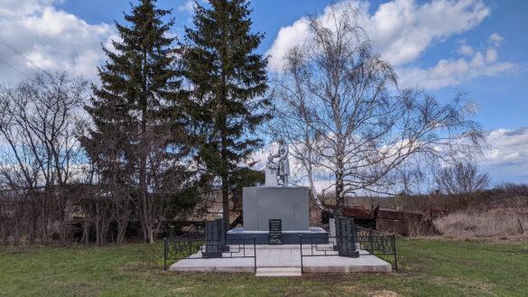 Общий вид воинского захоронения д. 1-я Ивань Малоархангельского района (2021)