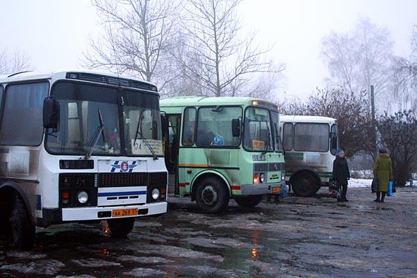 Автобусы перед рейсом. Автостанция г. Малоархангельска