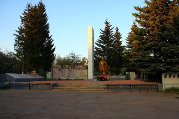 Общий вид воинского захоронения с. Протасово Малоархангельского района в 2015 году.