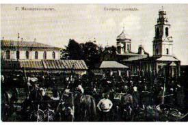 Базарная площадь. Справа — церковь ВО ИМЯ СВЯТОГО АРХАНГЕЛА МИХАИЛА, АРХИСТРАТИГА НЕБЕСНОГО ВОИНСТВА.