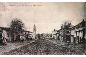 Орловская улица города Малоархангельска. По центру — церковь во имя святого архангела Михаила, архистратига небесного воинства.