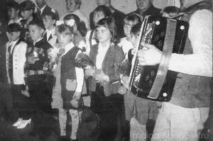 С Днем пожилых людей членов клуба поздравляют школьники.