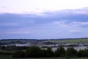 Сосна с её притоком, речушкой Синьковец, там, в тумане. По берегам реки растут деревья, только так и догадаешься.