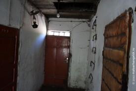 Пройдя светлую веранду, оказываешься в тёмных сенях. Три двери, в какую войти?