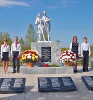 Губернатор возложил цветы и почтил память освободителей на воинских захоронениях в селе Дубовик
