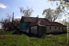Вид дома от реки. Видна часть дома, в которую можно попасть, если пойти в дверь прямо.