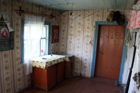Среди мебели, которая находится в доме, есть самодельная. Как вот эта тумбочка, например.