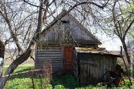 Рядом с домом крепкие хозяйственные постройки