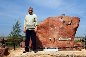 Племянник А.И. Фомкина Виктор Фомкин у памятника художнику в Елизаветино