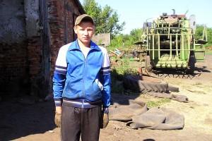 Саша Рекунов первый год работает штурвальным на комбайне