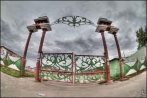 Это не ворота в город. Это вход в городской рынок в Малоархангельске.