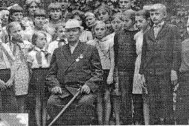 Командир БАМ А.М. Баринов у своего дома во время встречи с малоархангельскими школьниками. 1972 г.